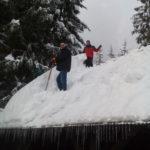 Odstraňovanie snehu zo strechy na Oravskej lesnej železnici